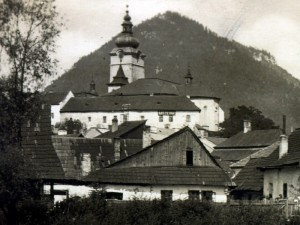 Rímskokatolícka fara v Ružomberku - prvé sídlo Liptovského múzea (v pozadí)